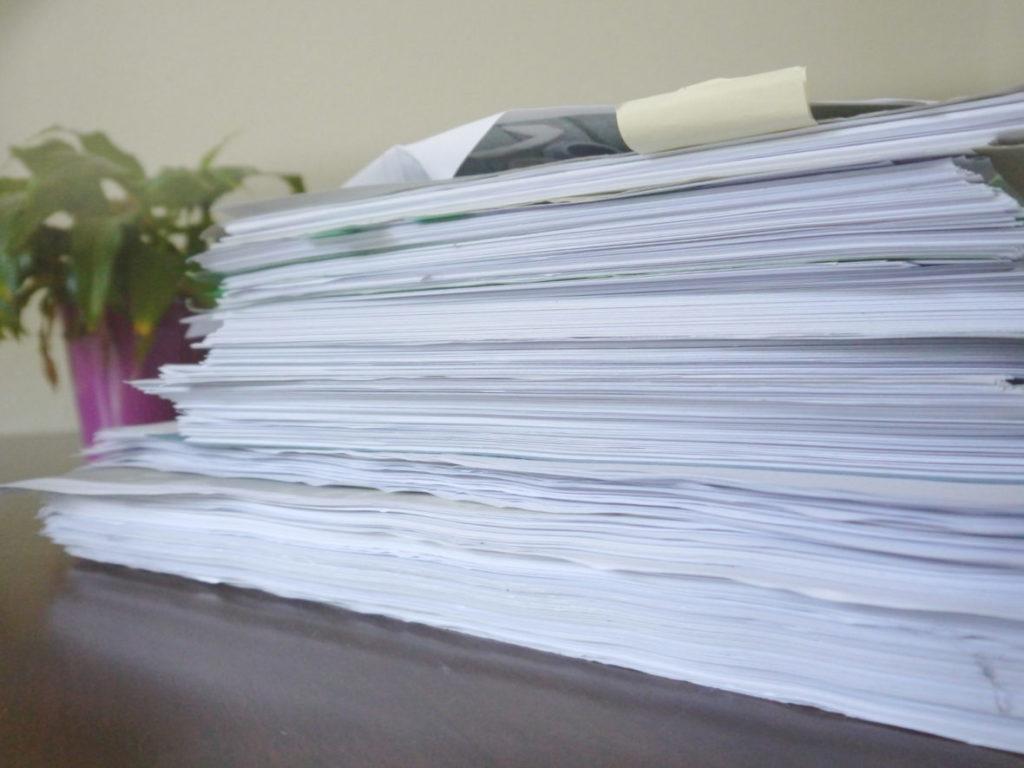 Die Papier-Stapel türmen sich in der Redaktion.
