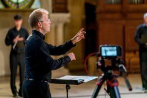 Das Bild zeigt Philipp Ahmann, den Chefdirigenten des MDR-Rundfunkchors