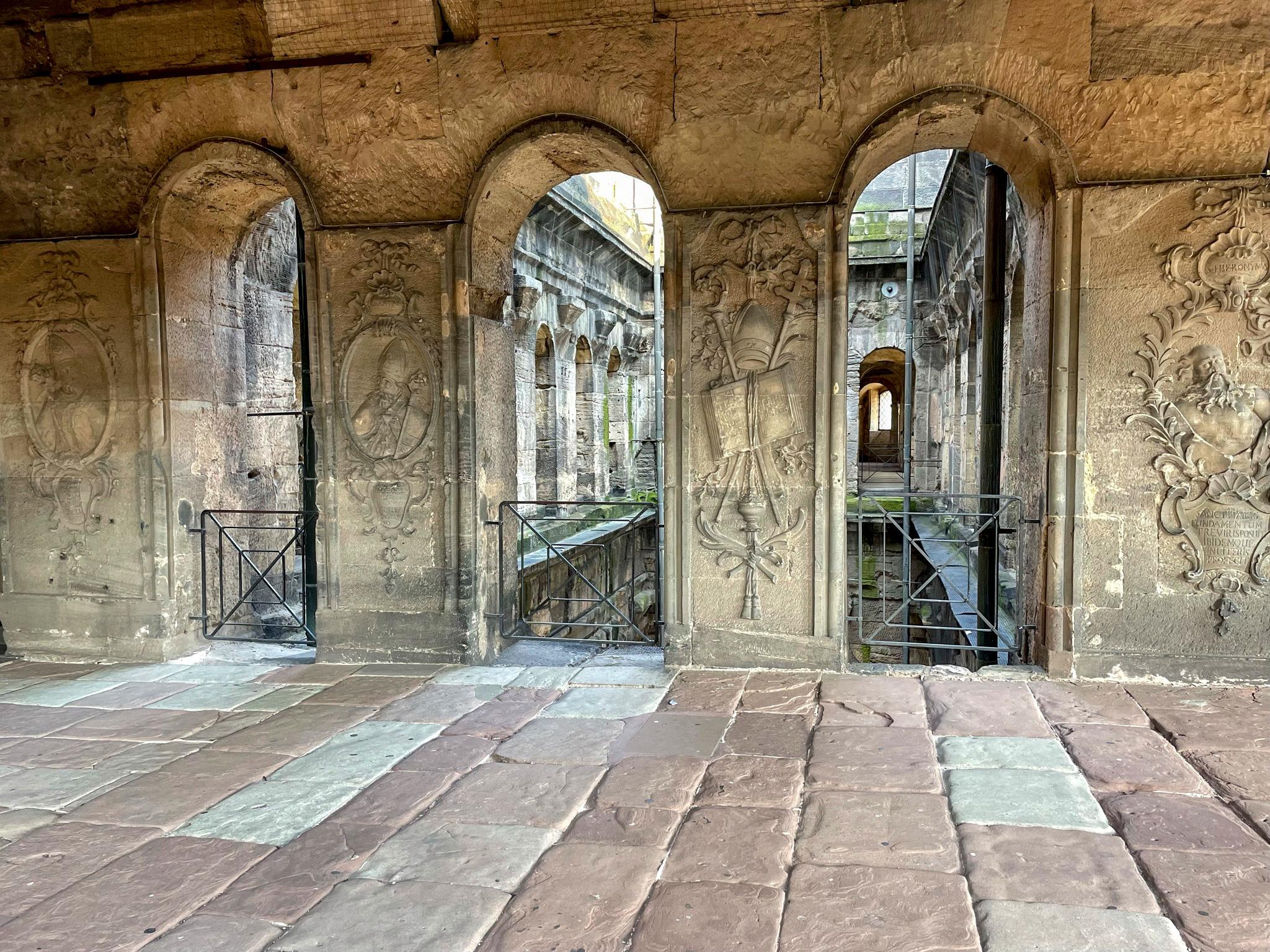 Blick auf den Innenhof der Porta Nigra durch drei verzierte Fensterbögen